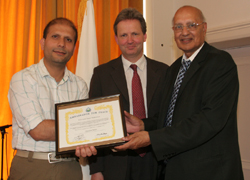 Murtaza Shibli recieves an Ambassador for Peace Award